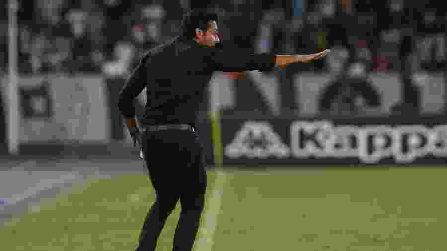 Alberto Valentim sinaliza para o time durante Botafogo x Internacional, pelo Brasileiro - Vítor Silva/Botafogo
