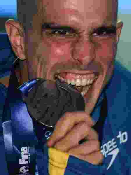 Bruno Fratus comemora medalha de prata conquistada no Mundial de 2019 - ED JONES/AFP