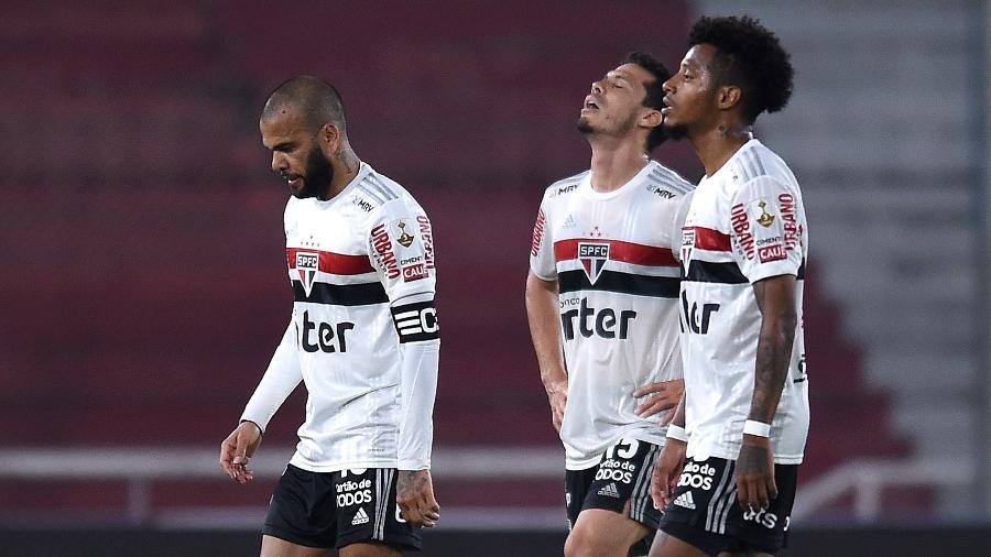 Daniel Alves (à esquerda) e Tchê Tchê (à direita) são cogitados para assumir a lateral direita do São Paulo contra o Grêmio - Marcelo Endelli/Getty Images
