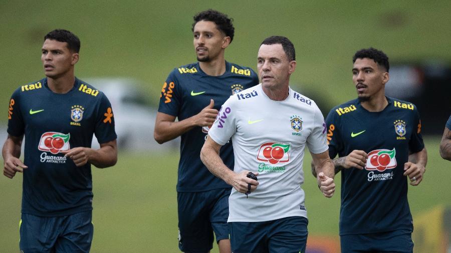Thiago Silva, Marquinhos, o preparador físico Ricardo Rosa e Allan durante treino da seleção ontem (9) - Lucas Figueiredo/CBF