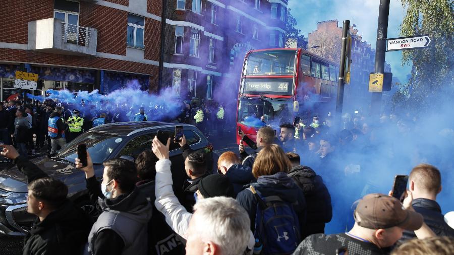 Torcedores do Chelsea se aglomeram sem máscara antes de jogo contra o Real Madrid - Reuters/Paul Childs