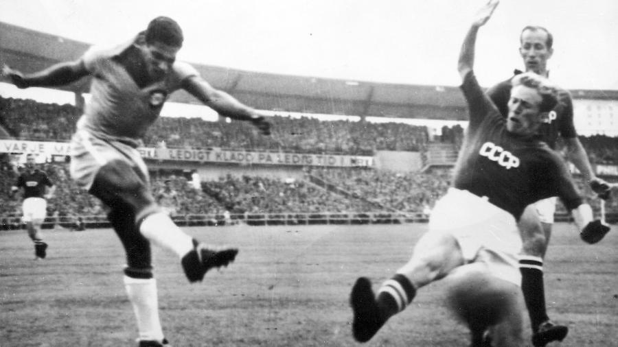 Garrincha em ação contra a União Soviética na Copa de 1958 - Getty Images