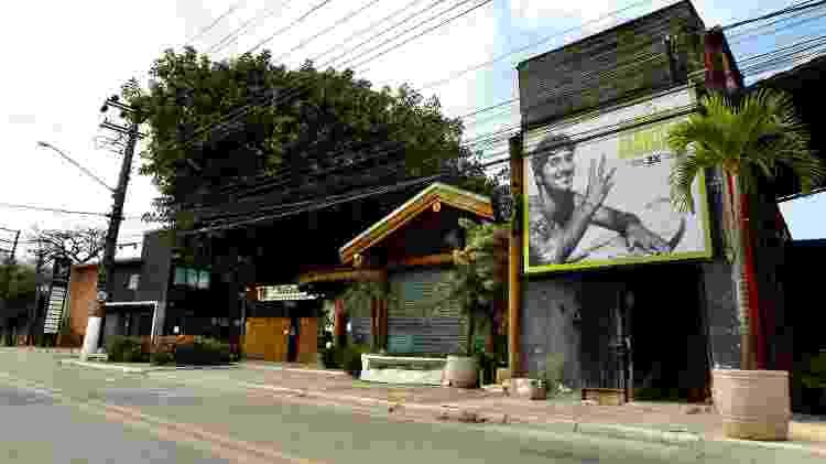 Banner com imagem de Gabriel Medina perto do instituto que leva o nome do surfista em Maresias - Mariana Pekin/UOL - Mariana Pekin/UOL