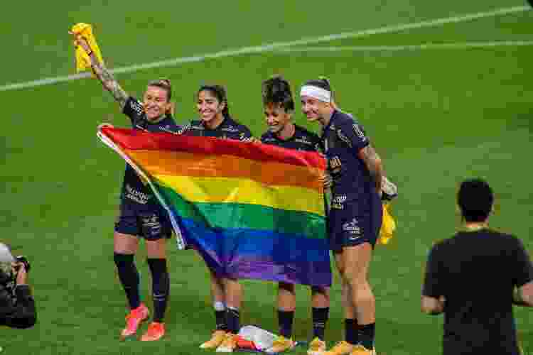 Jogadoras do Corinthians comemoram conquista do Brasileirão hasteando bandeira LGBTQIA+ em campo - JHONY INÁCIO/ENQUADRAR/ESTADÃO CONTEÚD - JHONY INÁCIO/ENQUADRAR/ESTADÃO CONTEÚD