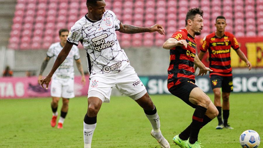 Sander e Jô disputam a bola em jogo entre Sport e Corinthians - Rafael Vieira/AGIF