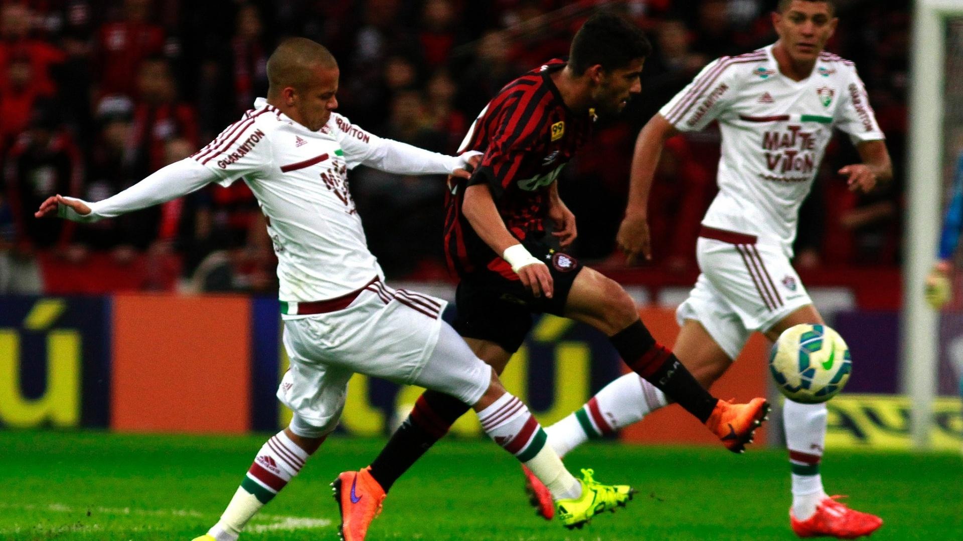 Jogadores do Atlético-PR e do Flu disputam a bola na partida entre as equipes pelo Campeonato Brasileiro