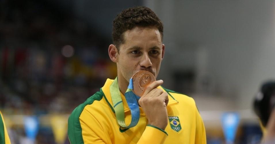 Thiago Pereira beija medalha de bronze que lhe alçou à condição de maior medalhista da história do Brasil nos Jogos Pan-Americanos