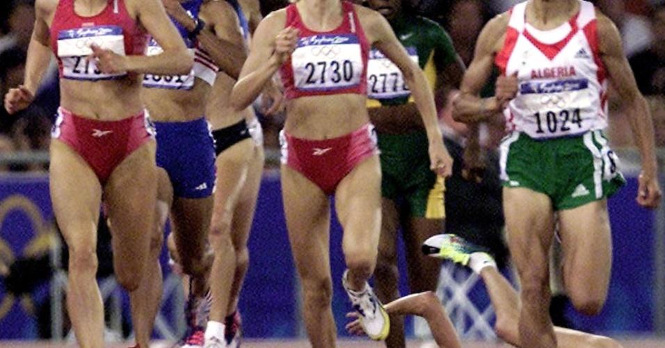 Suzy Favor Hamilton sofre queda em disputa de bateria dos 1.500 m nos Jogos Olímpicos de 2000, em Sydney