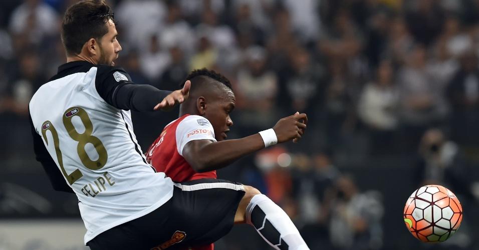 Felipe faz marcação em Carlos Ibarguen no duelo do Corinthians contra o Santa Fe, na Libertadores