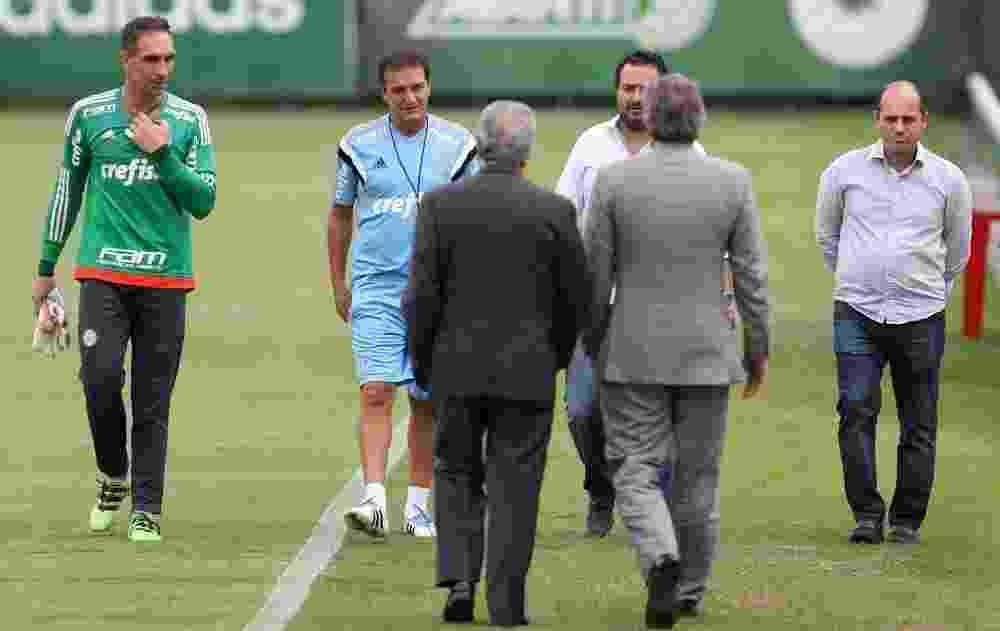 Cuca no gramado da Academia de Futebol do Palmeiras ao lado do goleiro Fernando Prass e da diretoria - Cesar Greco/Ag Palmeiras