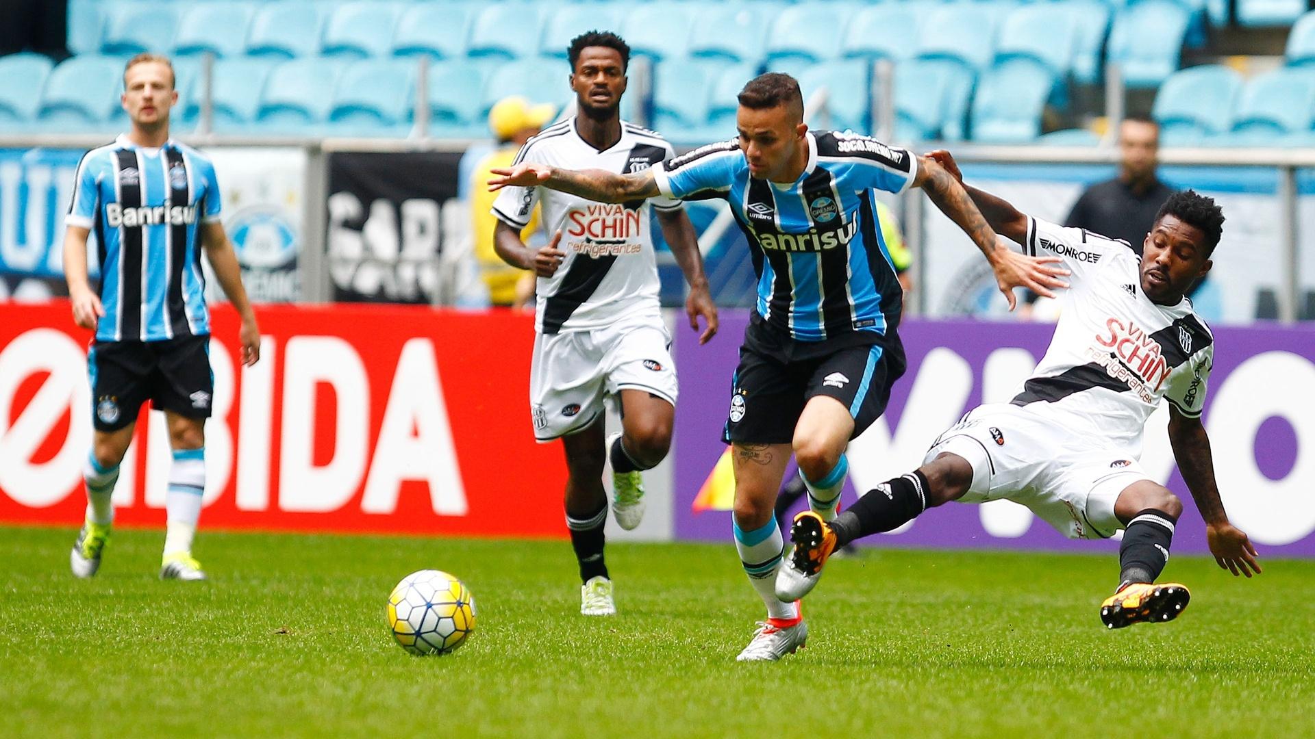 Luan tenta armar jogada pelo Grêmio contra a Ponte Preta, pelo Campeonato Brasileiro