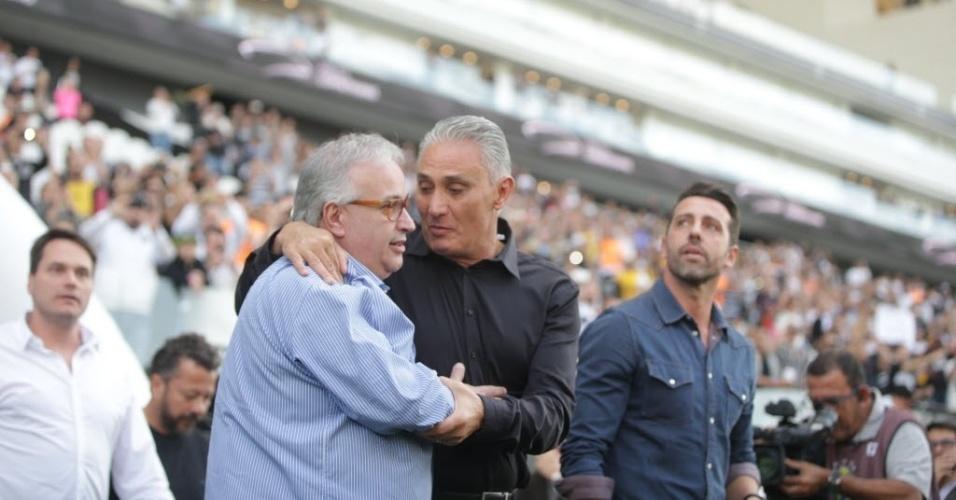 Novo técnico da seleção brasileira, Tite é homenageado pelo Corinthians antes da partida contra o Botafogo