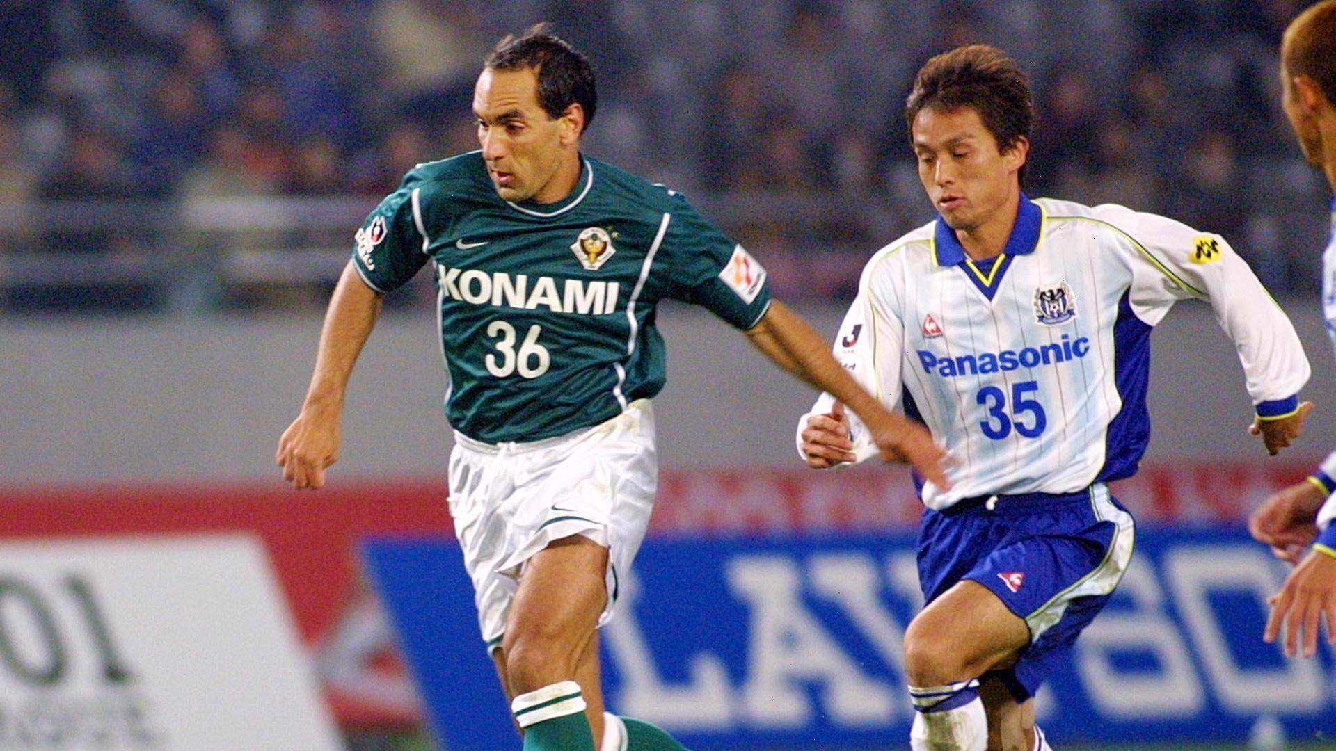 Edmundo conduz a bola em partida pelo Tokyo Verdy, do Japão