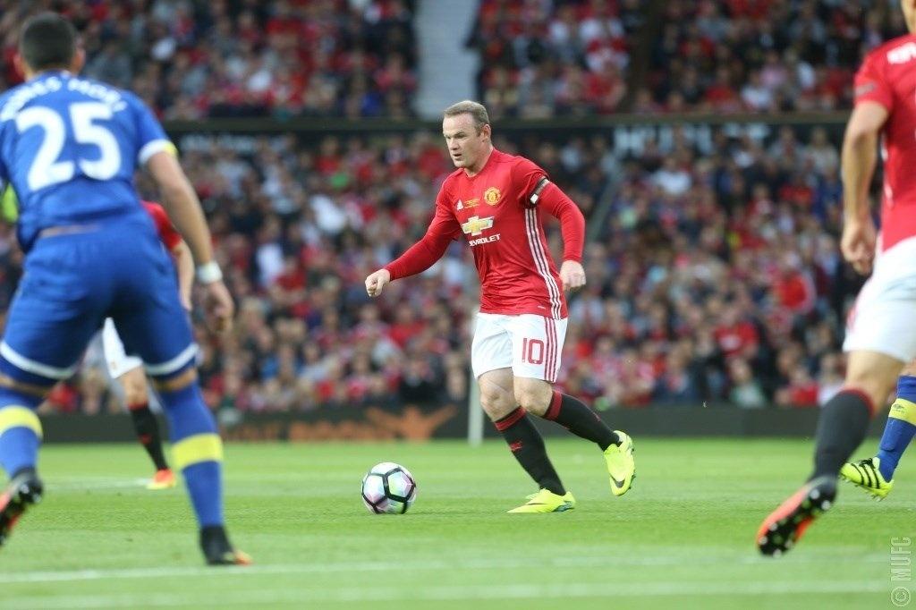 Rooney domina a bola durante amistoso contra seu ex-clube, o Everton