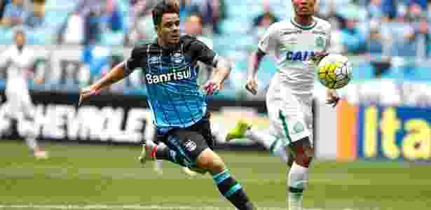 Henrique Almeida tenta jogada pelo Grêmio contra a Chapecoense - Lucas Uebel/Grêmio - Lucas Uebel/Grêmio