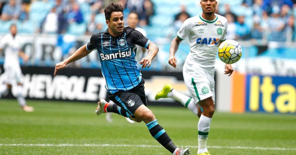 Henrique Almeida tenta jogada pelo Grêmio contra a Chapecoense