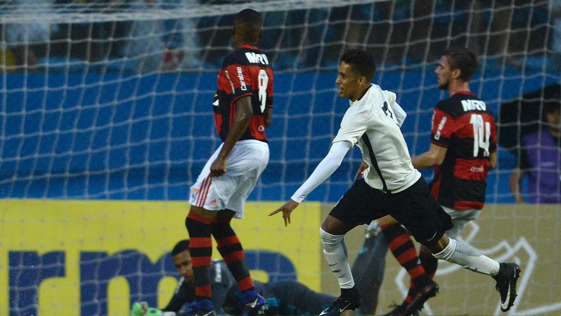 Pedrinho comemora ao marcar para o Corinthians contra o Flamengo