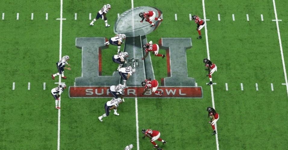Jogadores de New England Patriots e Atlanta Falcons se posicionam em campo no Super Bowl 51