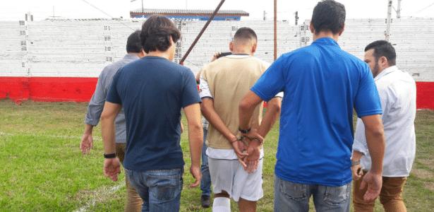 Jogador de futebol é preso durante partida na região metropolitana de Porto Alegre