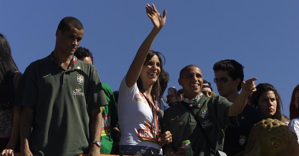Ivete Sangalo acena para o público do trio elétrico que comandou a festa do penta em 2002
