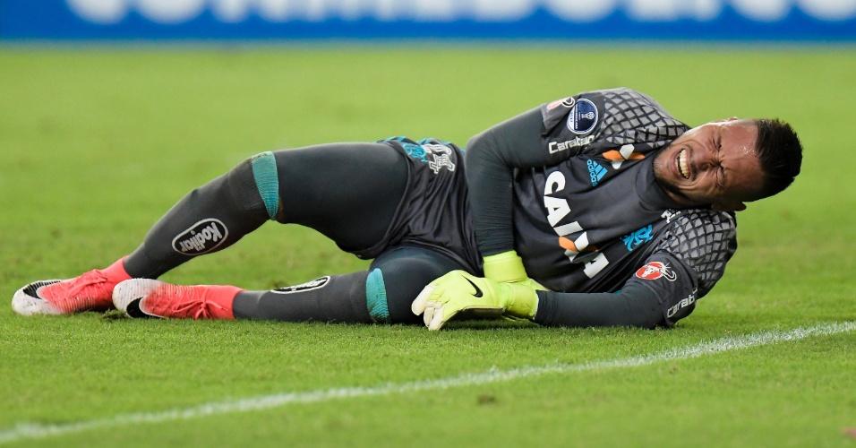 Diego Alves, do Flamengo, vai ao chão no jogo contra o Fluminense