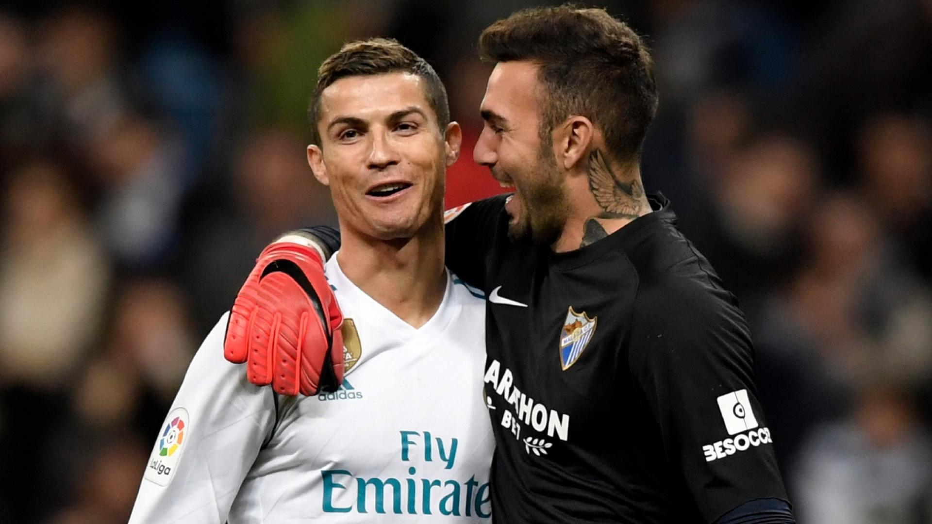 Cristiano Ronaldo conversa com o goleiro Roberto, do Málaga, após a partida