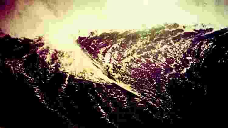 Eddie Aikau surfa Waimea Bay durante a década de 1960. Foto: Reprodução
