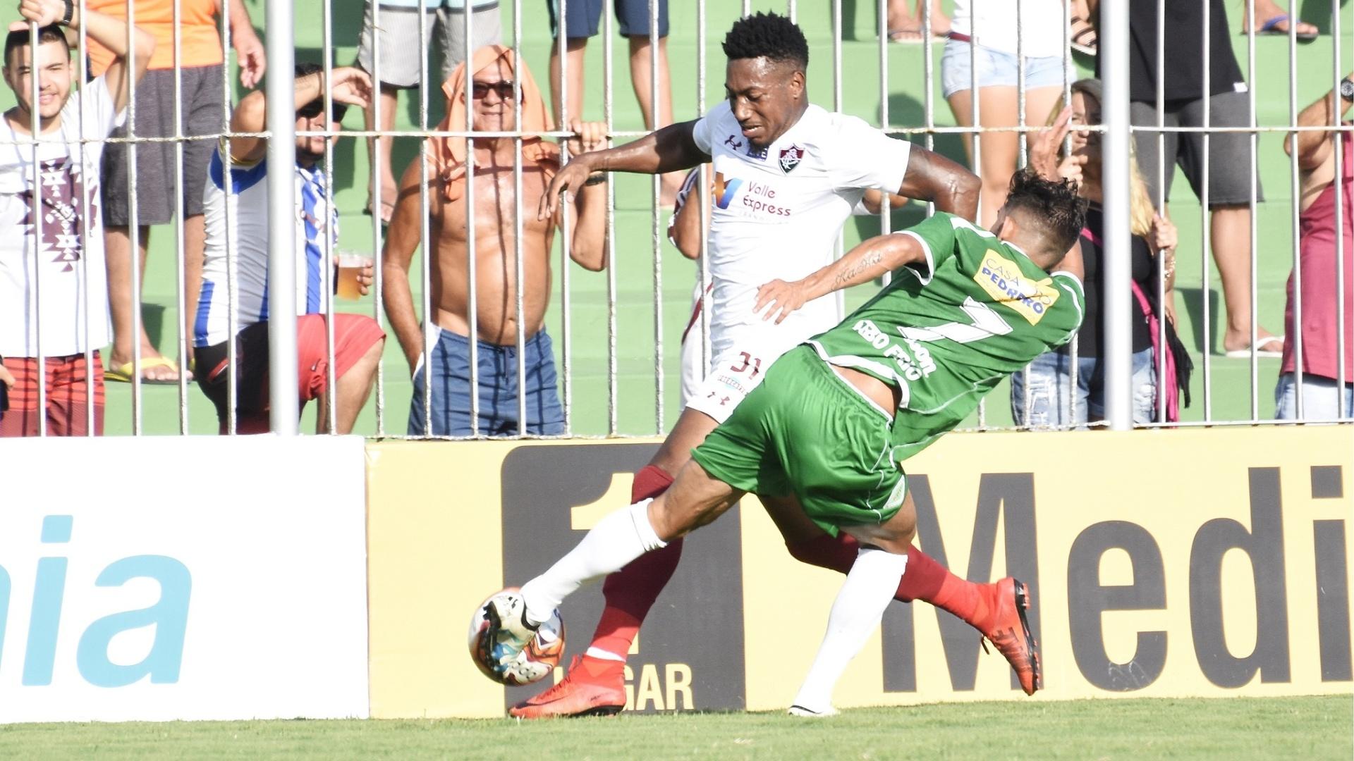 Pablo Dyego disputa a bola com Kaká Mendes no jogo do Flu contra a Cabofriense, no Carioca