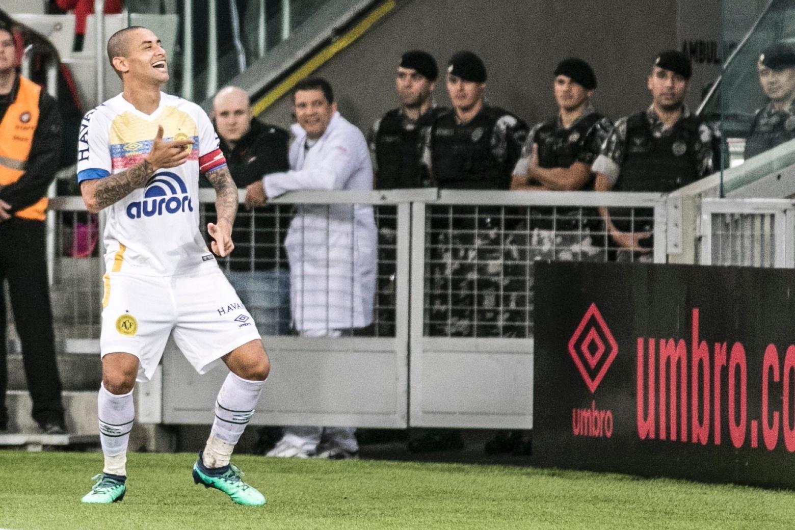 Welington Paulista comemora gol da Chapecoense contra o Atlético-PR