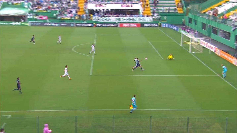 Ronaldo, do Vitória, escorrega durante ataque da Chapecoense