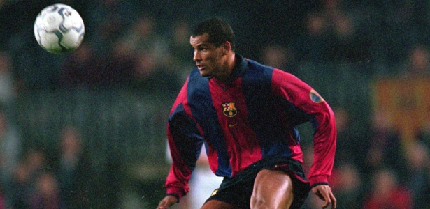 Rivaldo em ação pelo Barcelona em 2000 - Phil Cole/Getty Images