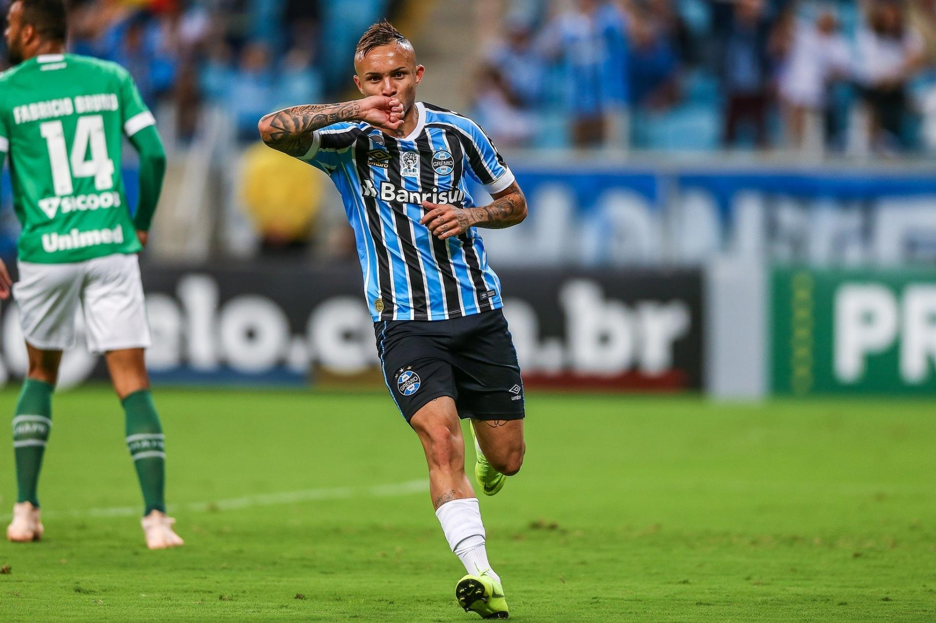 104d561e45 Grêmio tenta  fazer sua parte  por G-4 e usa pressão contra o Vitória -  25 11 2018 - UOL Esporte