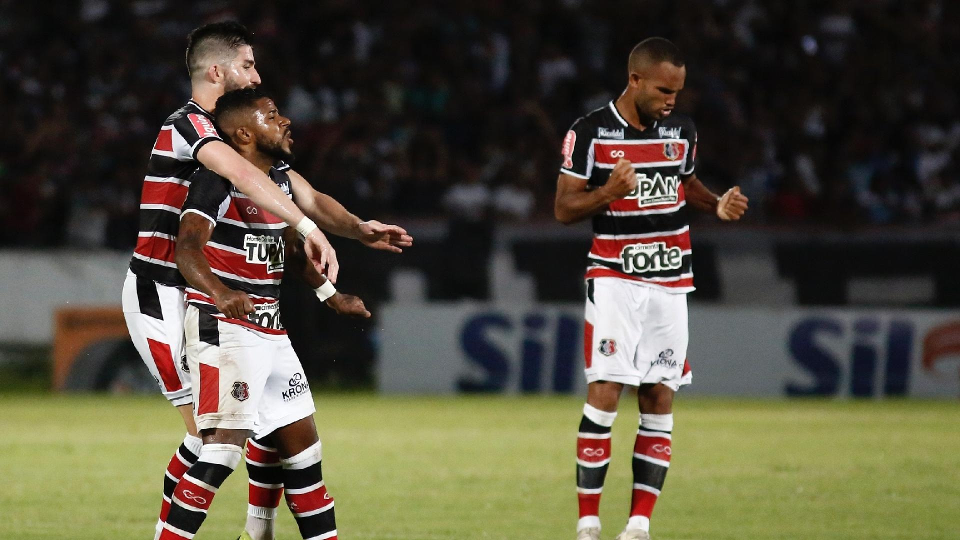 Jogadores do Santa Cruz comemoram gol contra o Fluminense