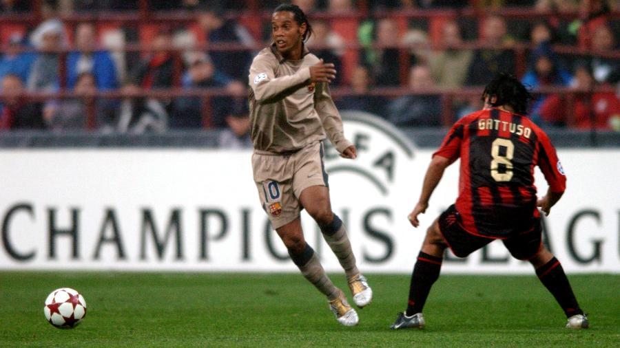 Ronaldinho Gaúcho em ação com a camisa do Barcelona em jogo contra o Milan pela Liga dos Campeões - Tony Marshall/Empics/Getty Images