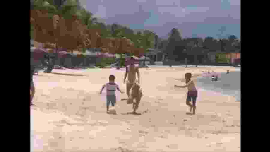 Messi joga bola com crianças na praia  - Reprodução