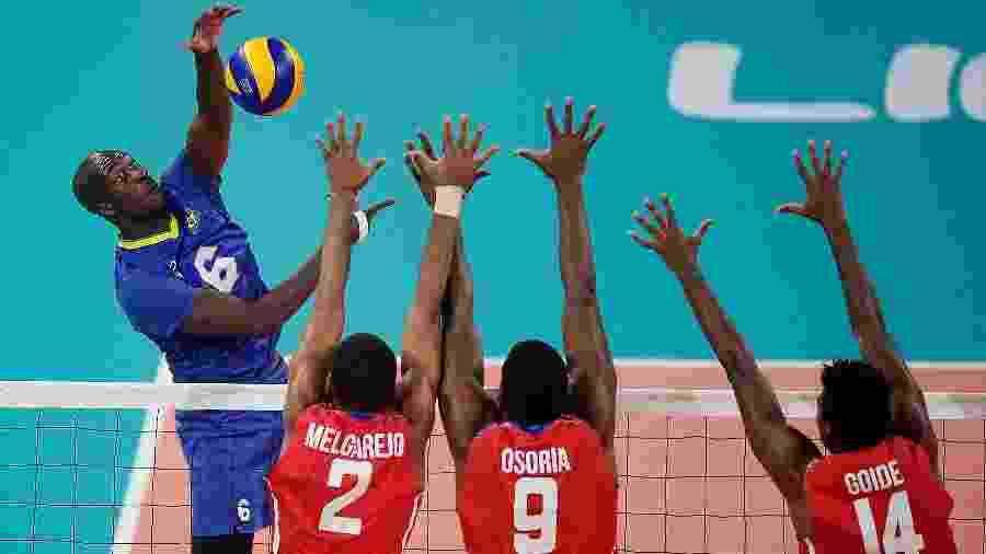 Abouba, da seleção brasileira masculina de vôlei, ataca durante semifinal do Pan contra Cuba - Alexandre Loureiro/COB