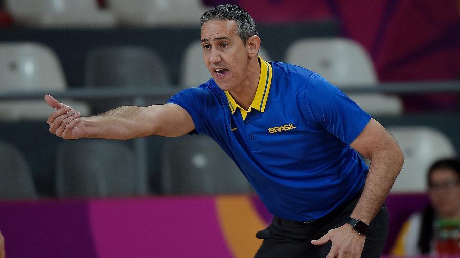 Técnico José Neto orienta a seleção brasileira de basquete feminino durante jogo - Alexandre Loureiro/COB