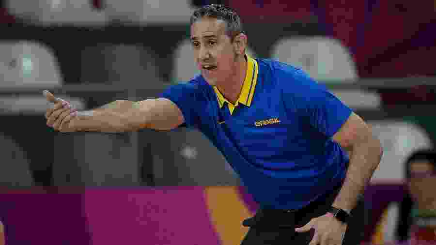 Técnico José Neto orienta a seleção brasileira de basquete feminino em seu jogo de estreia - Alexandre Loureiro/COB