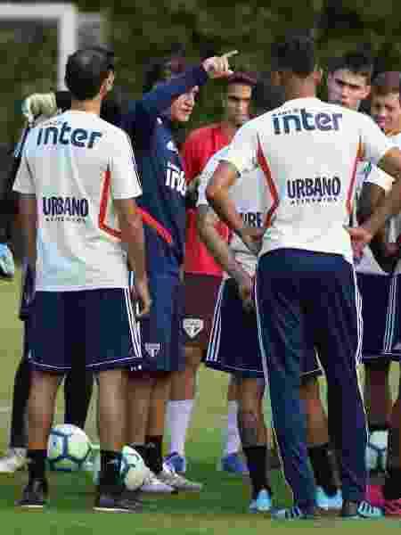 Cuca deve voltar a usar Daniel Alves como armador na visita ao Botafogo - Rubens Chiri / saopaulofc.net