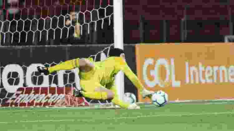 Tadeu faz defesa durante partida entre São Paulo e Goiás - Heber Gomes/AGIF - Heber Gomes/AGIF