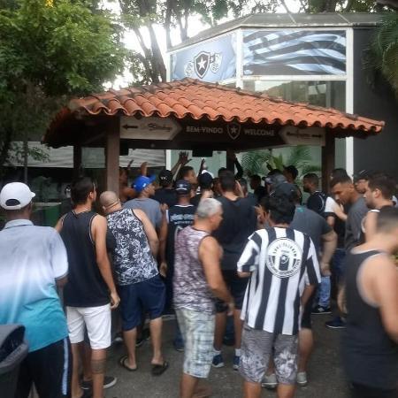 Organizada do Botafogo invade sede de General Severiano - Reprodução/Twitter