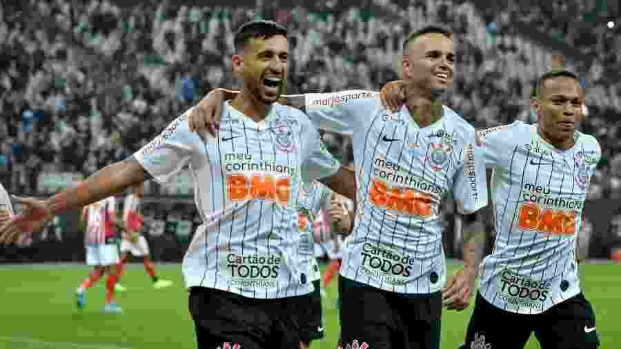 Luan comemora com Camacho e Janderson o gol marcado pelo Corinthians sobre o Botafogo-SP - ANDRÉ ANSELMO/FUTURA PRESS/ESTADÃO CONTEÚDO