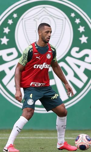Vitor Hugo em treino ocorrido na Academia de Futebol do Palmeiras