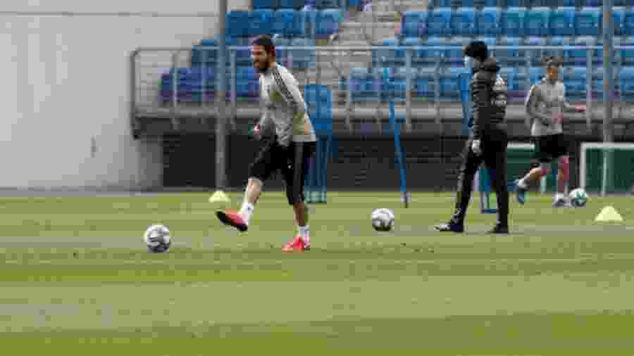 Isolados, jogadores do Real Madrid treinaram sem máscara e fizeram atividades com bola - Reprodução/Twitter