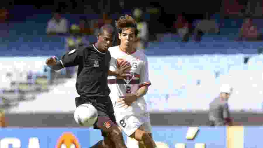 Jogador do Vasco em ação contra Kaká em duelo entre Vasco e São Paulo pelo Rio-SP de 2001 - Ernesto Rodrigues/Folha Imagem
