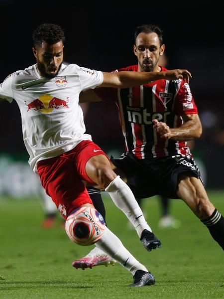 Juanfran, do São Paulo, tenta desmarcar o jogador do Red Bull Bragantino - Divulgação/Federação Paulista