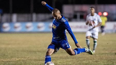 Régis, do Cruzeiro, chuta bola no confronto com a Caldense no Mineiro - Gustavo Aleixo/Cruzeiro