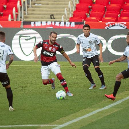 Everton Ribeiro cercado no Maracanã - Alexandre Vidal / Flamengo