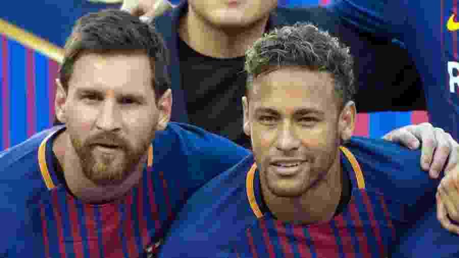 Messi e Neymar, antes de jogo do Barcelona, em foto de 2017; dupla pode se reencontrar no PSG? - Don EMMERT / AFP