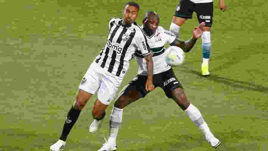 Sassá (à direita) defende o Coritiba, mas pode voltar ao Cruzeiro em meio a problema extracampo - Gabriel Machado/AGIF